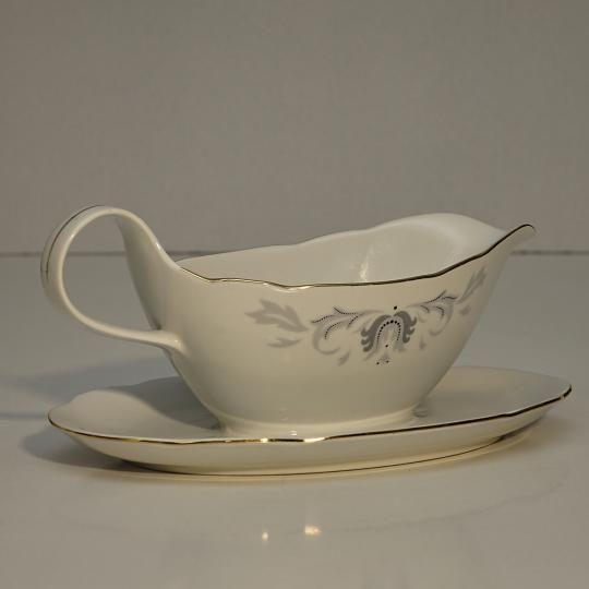 Antický omáčnik z československého porcelánu Bohemia, rozmery 23x8 cm. S možnosťou fakturácie. Prepravné náklady  nie sú v cene.