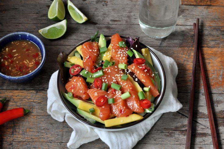 Sterk sashimisalat med marinert laks, mango og avokado er tidenes måltid på en travel dag. Vil du ha en mindre sterk utgave kan du redusere mengden chili.
