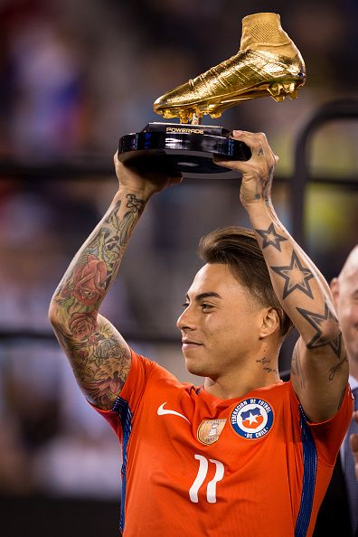 #COPA2016 #COPA100 RUTHERFORD NJ JUNE 26 Chile forward Eduardo Vargas accepts the Golden Boot award from after winning the match during the Copa America Centenario...