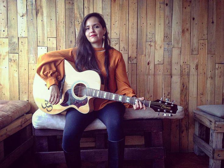 Con mi fiel compañera La Nalgona (es que si está bien caderona)  Amigos guitarristas cómo se llaman sus guitarras? #guitar #acousticguitar #takamine #jumbo #takamineguitars #singersongwriter #om