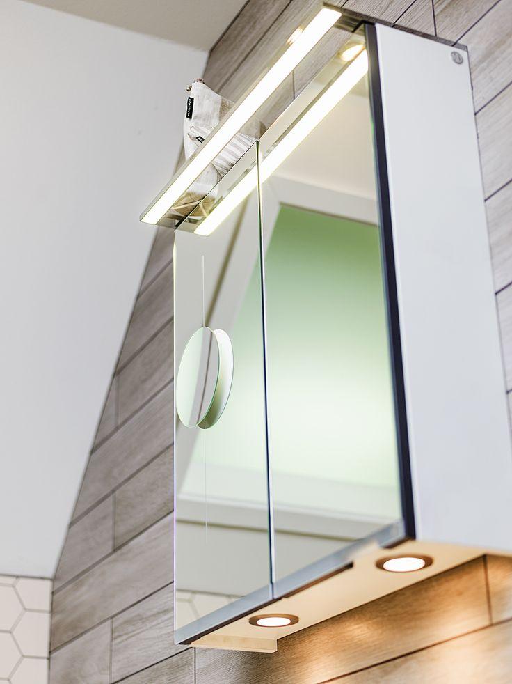 Soul spegelskåp med ovanpåliggande LED beysning och sminkspegel.