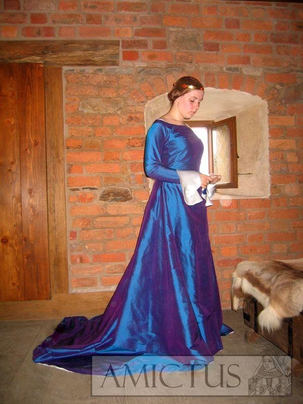 Suknia damska z chabrowego jedwabiu, dopasowana górą, od bioder poszerzana klinami. Rękawy od nadgarstka mocno poszerzone i zasłaniające dłoń (fr. bombardes). Suknie tego typu pojawiają się w ikonografii w końcu XIV i poczatkach XVw.