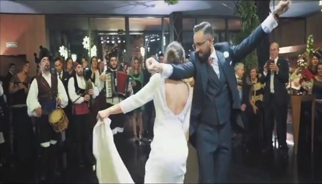 Para qué bailar el vals nupcial si bailas así la muiñeira
