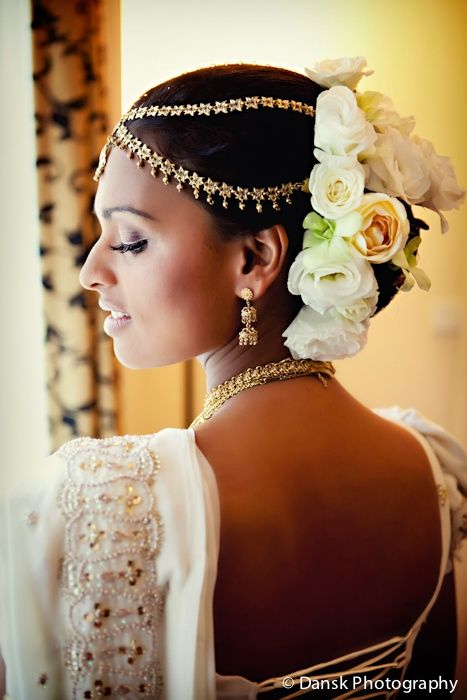 gold indian wedding tikka chain in hair by dansk photography. More here: http://www.indianweddingsite.com/10-maang-tikka-jhoomar-looks/