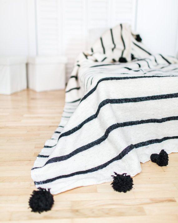 Die marokkanischen Pom Pom-Decke ist ein schönes Accessoire für den unkonventionellen Stil Zuhause. Es kann als eine Decke, Tagesdecke für das Bett