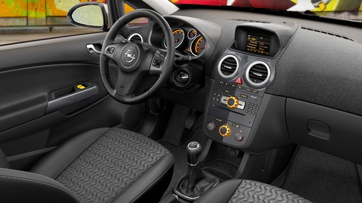 Opel Corsa 3 puertas, características interior. Aire acondicionado - Alzavidrios Eléctricos - Cierre Centralizado - Columna de dirección con ajuste de profundidad electrico - Control de radio al volante - Radio con CD player y MP3 con conexión auxiliar (AUX) frontal - Sistema de audio con 7 parlantes.