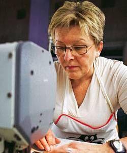 Die Unternehmerin Sina Trinkwalder stellt in ihrer Textilfabrik am liebsten Frauen ein, die sonst keine Chancen auf dem Arbeitsmarkt haben. Mit Erfolg.
