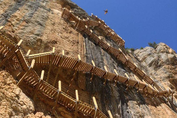 Un cable de acero a modo de pasamanos protege los pasos más estrechos del sendero que recorre el desfiladero de Mont-rebei (500 metros de altura, apenas 20 de anchura), tajo labrado por el río Noguera Ribagorzana en la sierra del Montsec, y frontera entre Aragón y Cataluña. Pero lo mejor llega al final, o al principio, según el sentido de la marcha (14 kilómetros, ida y vuelta), cuando el caminante se burla la gravedad en la pasarela de Montfalcó. Se puedes contratar guías de montaña para…