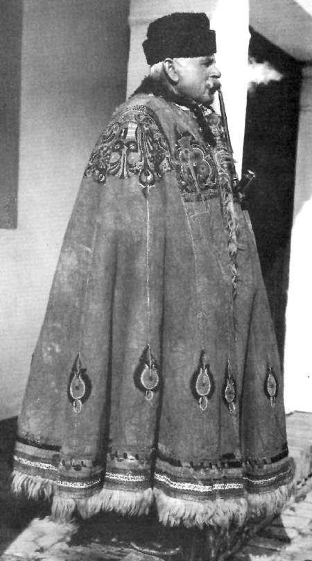 Suba: (Hungarian folk costumes) Palástszerű ujjatlan ruhadarab. A hosszúfürtű magyar juh szőrös bőréből készült. A pásztorok, szekerezők viselték. Szőrével kifelé az eső, szőrével befelé a hideg ellen védett. Derékaljként, takaróként, lótakaróként, ülésként és asztalként is szolgált. Esküvőkön, ünnepeken a díszruha szerepét is betöltötte. Az ünnepi suba válltányérját gazdagon hímezték. Combig vagy bokáig ér. A férfiak subája fehér vagy sárga, a nőké barna. E ruhadarab egy életre szólt.