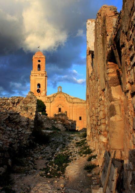 Carrer del Poble Vell amb l'església al fons.