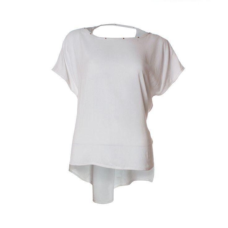 Polera, Priscila Corvetto, $20.990. Si quieres verte con estilo en un almuerzo usa esta polera blanca con un collar largo y unos shorts con estampados de colores. Para ell...
