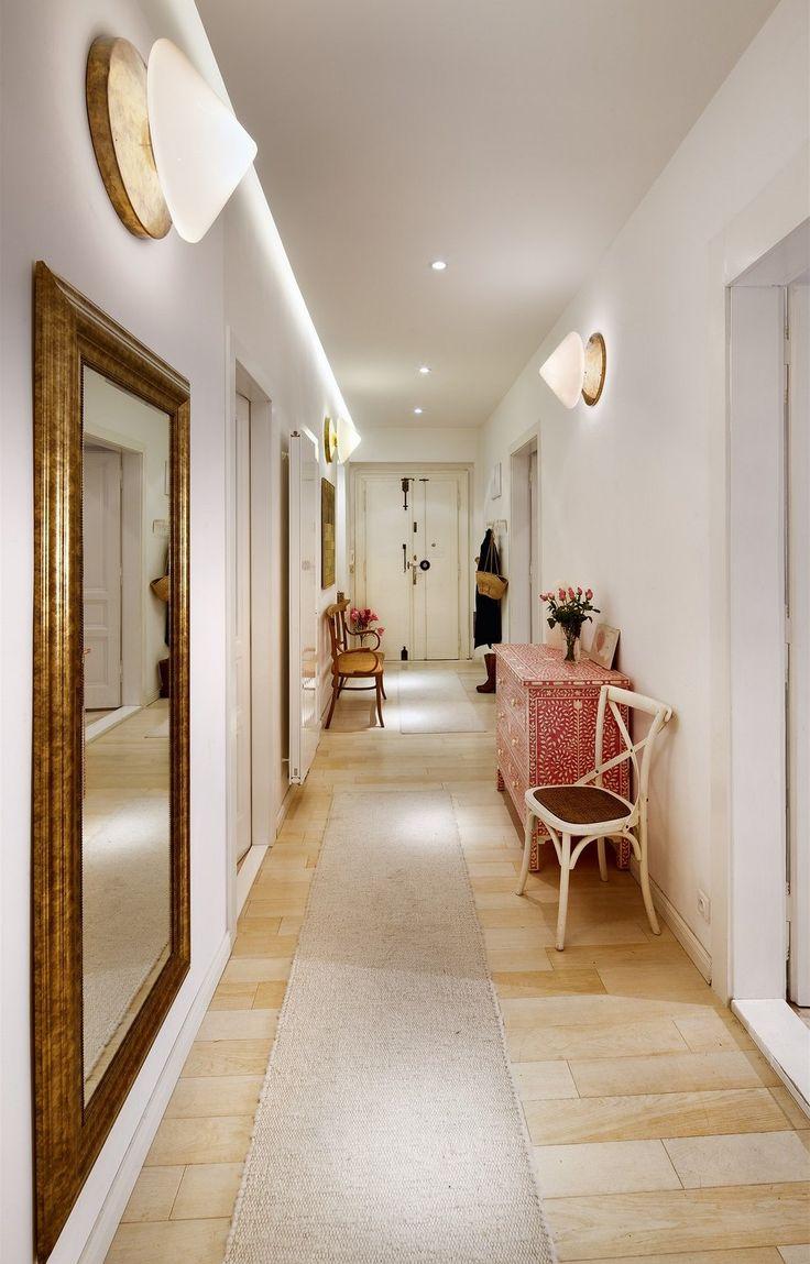 Z dlouhé chodby je vstup do jednotlivých místností.