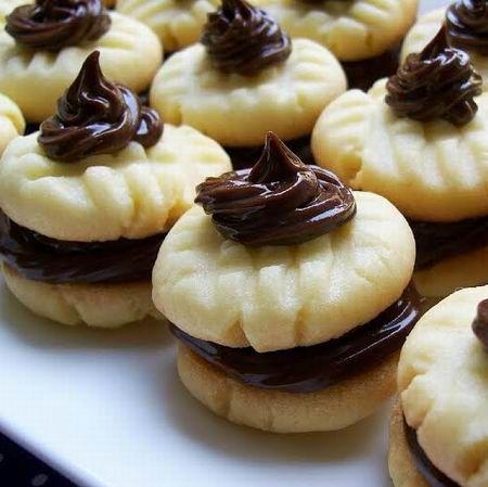 Egy finom Párizsi csokoládékrémmel töltött omlós sütemény ebédre vagy vacsorára? Párizsi csokoládékrémmel töltött omlós sütemény Receptek a Mindmegette.hu Recept gyűjteményében!
