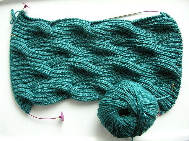 WindingRiverCowl - ganz einfach mit Zopfstricknadeln. Gefunden bei stephlinde auf flickr.com