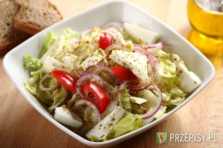 Zawartość opakowania Knorr wymieszaj w miseczce z 3 łyżkami wody oraz oliwą. Sałatę porwij lub pokrój na mniejsze kawałki i przełóż do salaterki. Cebulę pokrój w cienkie plasterki i porozdzielaj je od siebie tak aby powstały krążki. Następnie rozłóż na sałacie.   Ser feta pokrój w dość grubą kostkę ok. 1,5-2 cm i porozrzucaj po wierzchu sałaty. Na koniec sałatę polej przygotowanym sosem Knorr i oprósz oregano.