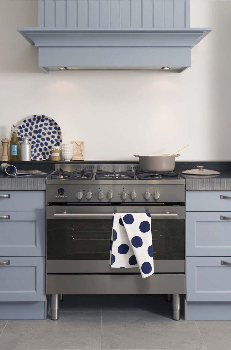 Landhuiskeuken met brede schouw, fornuis. lavendelblauwe deuren met een…