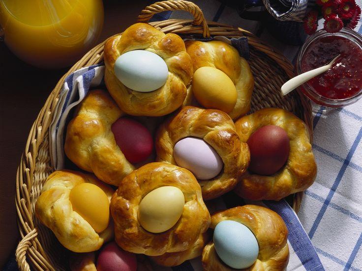 Eiersuchen leicht gemacht: Ostereier im Hefezopfnest - smarter - Zeit: 40 Min.   http://eatsmarter.de/rezepte/ostereier-im-hefezopfnest