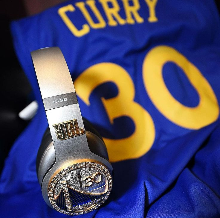 Stephen Curry's upgrades his JBL headphones with diamonds