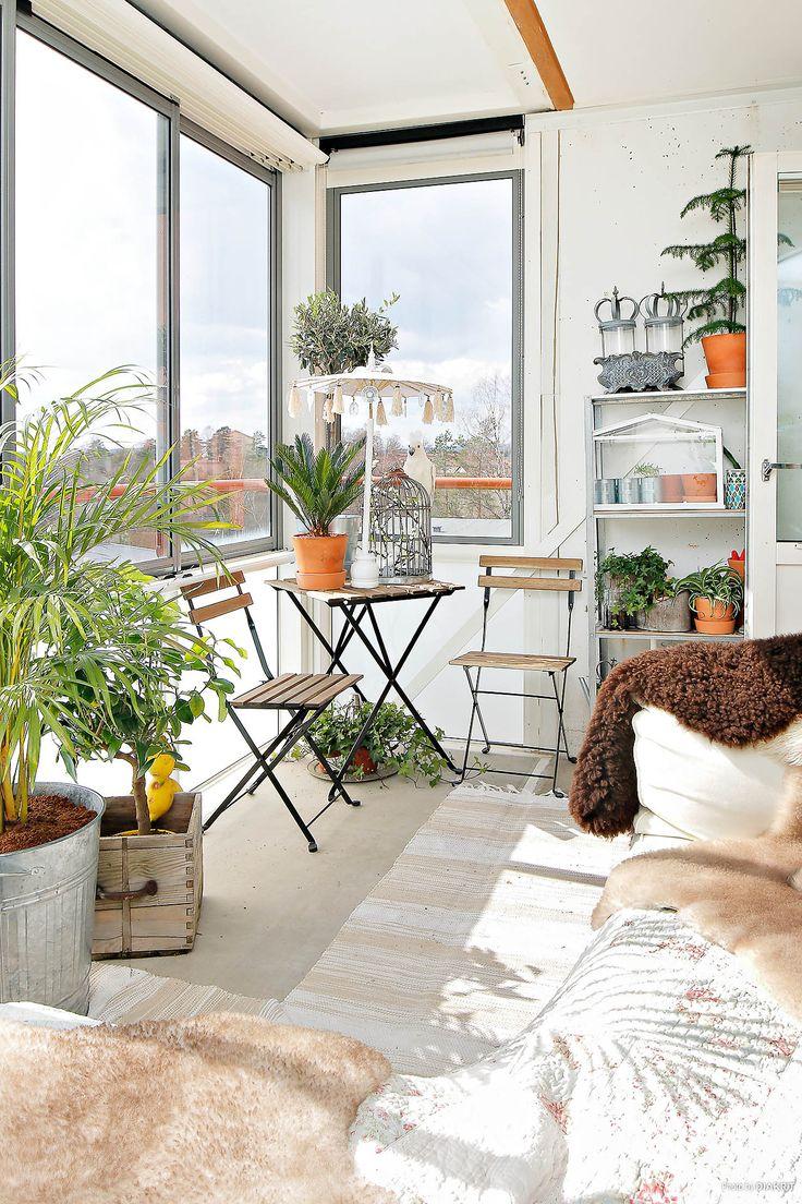 Solig och härlig inglasad balkong
