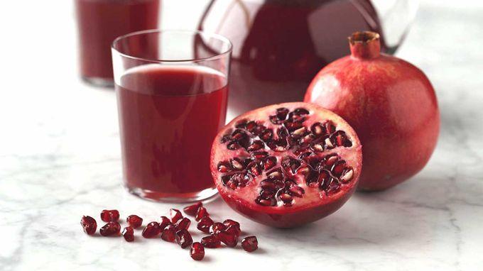 WinNetNews.com - Jus yang sehat dan segar bukan berarti harus berwarna hijau dan terbuat dari bayam. Jus buah delima mengandung lebih dari 100 fitokimia. Buah delima telah digunakan selama ribuan tahun sebagai obat. Saat ini, jus delima sedang dipelajari manfaatnya untuk kesehatan. Jus buah delima dipercaya