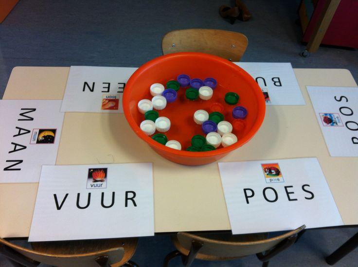 Maak een soort taal bingo om letterherkenning in het eerste leerjaar te oefenen.