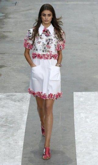 Look bianco con camicia a fiori della collezione Chanel primavera/estate 2015  Unbelievably gorgeous!!