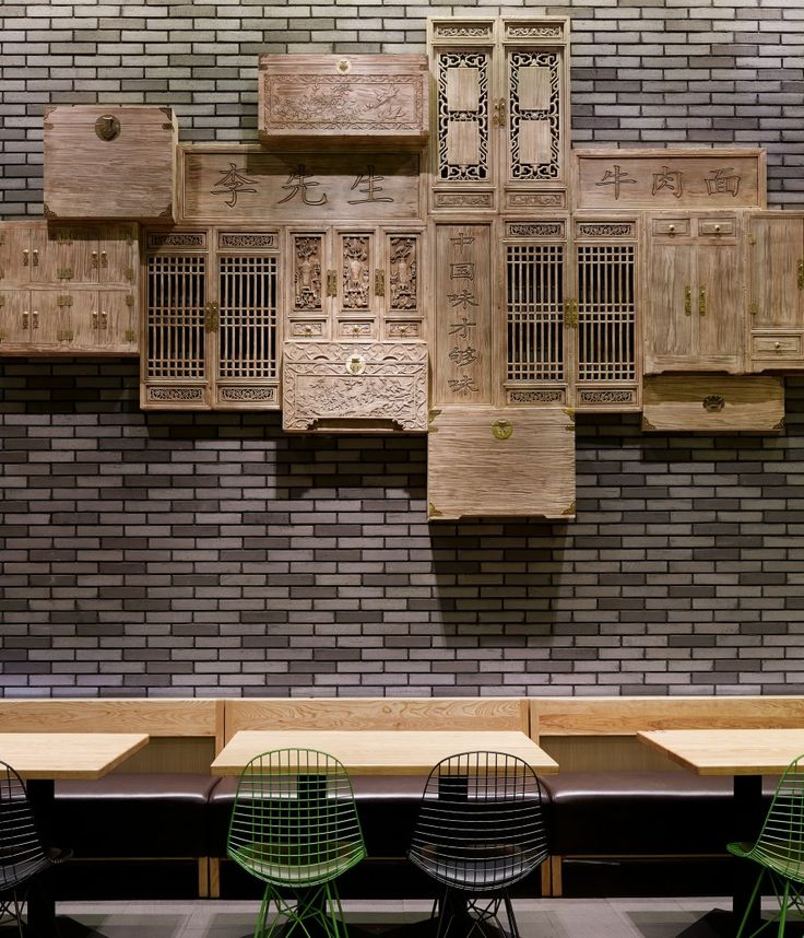 The layout of space takes its inspiration from American burger bars, and the decorative surface material is full of Chinese vocabulary. Through such collisions of culture, the designers hope to provide the customers a unique and interesting dining experience.