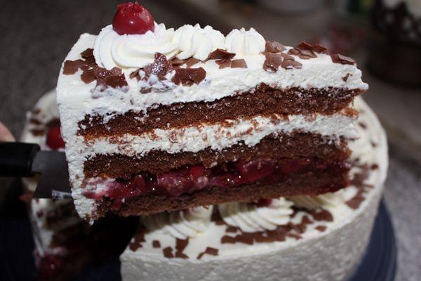 Η τούρτα μπλακ φορεστ είναι η πιο διάσημη γερμανική τούρτα. Σε αυτή τη συνταγή φτιάχνουμε μια παραλλαγή με βύσσινο και σαντιγί που θα ξετρελάνει τους πάντες!
