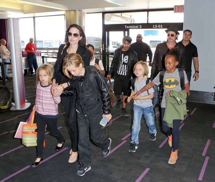 Prole toda! Angelina Jolie e Brad embarcam com os filhos