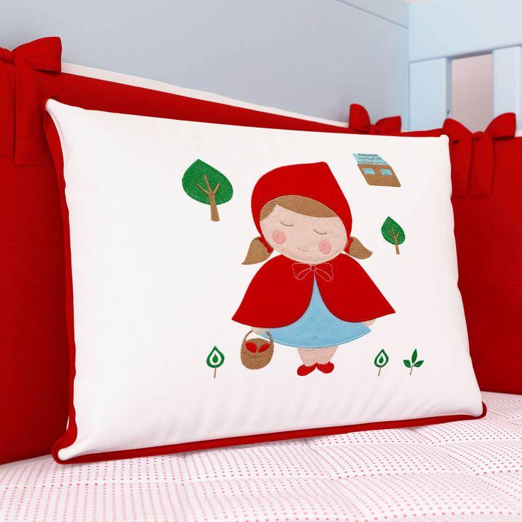 A Mini Cabeceira Chapeuzinho Vermelho é super fofinha! Esse acessório com bordados incríveis e exclusivos vai transformar a decoração do quarto da sua pequena!