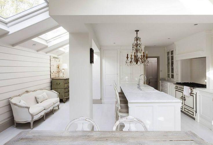 Leopoldina Haynes, antiquaria londinese, è la proprietaria di questa splendida e romantica casa situata a Londra in una palazzina in stile vittoriano. Il gustotra lo shabby chic e il french style ela scelta cromatica degli arredi della casa continuano all'esterno, con uno spazio ispirato alla