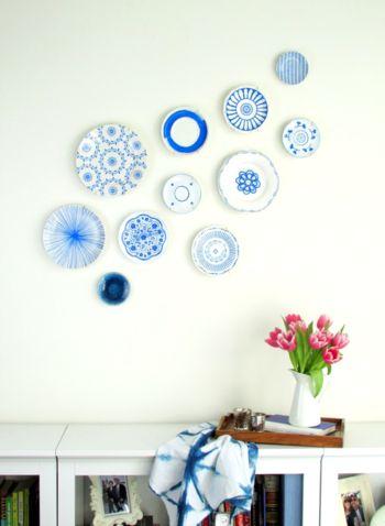 こちらは白いお皿をリサイクルショップで安く買って、ブルーのアクリルペンを使ってステンシル技法で描いたもの。100円ショップなどで転写シールを購入して作るのもいいかもしれませんね。このように壁の余白を残して控えめに飾るのもすごくキュートだと思います。