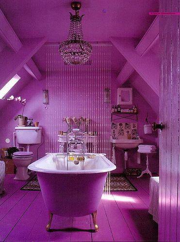 COLOR MORADO ❤ PÚRPURA ❤ Bella mezcla de muebles de baño retro, el color, la lámpara...me encanta todo!