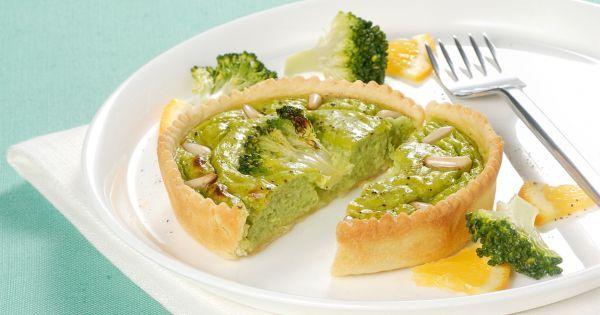 Le crostatine di broccoli e pinoli al profumo di arancia sono mini torte salate vegetariane perfette per gustare le verdure invernali con raffinatezza.