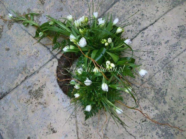 Właśnie kończę kawę, okraszoną dużym kawałkiem ciasta. Moje dzieciątko, w przeciwieństwie do mnie,odsypia kolejną nieudaną noc. Za oknami wiosna, tęsknie za kwiatami, dziś kupię sobie tulipany…dl...