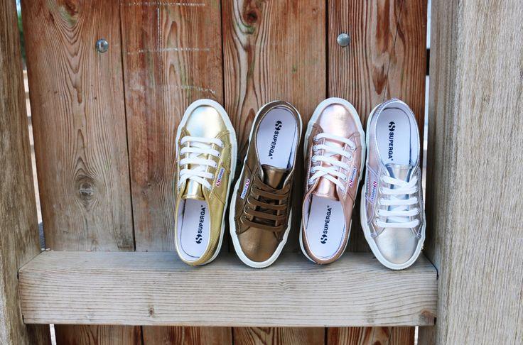 Cuatro colores diferentes de las zapatillas metalizadas de Superga para que elijas la que más te defina...