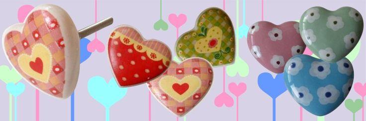 Pomelli di ceramica a forma di cuore, disponibili in varie fantasie e decorazioni.