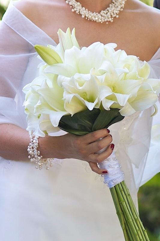 Eleganter Brautstrauß aus weißen Lilien, in Zepter-Form
