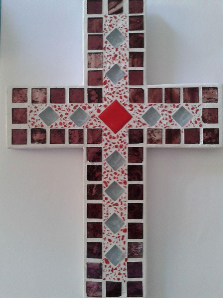 Σταυρός χειροποίητος με ψηφίδες γυάλινες, κεραμικές,τεχνητές κ.λ. Συγκρατείται…