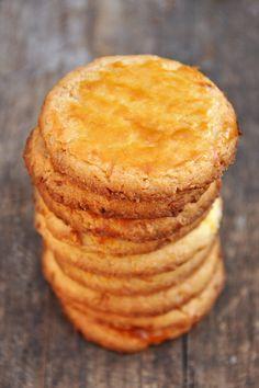 Sablés noix de coco Ingrédients pour 12 sablés 150 g de farine 100 g de beurre froid 2 jaunes d'œufs (+ 1 jaune pour la dorure) 60 g de sucre 4 c. à soupe de noix de coco râpée 1 pincée de sel