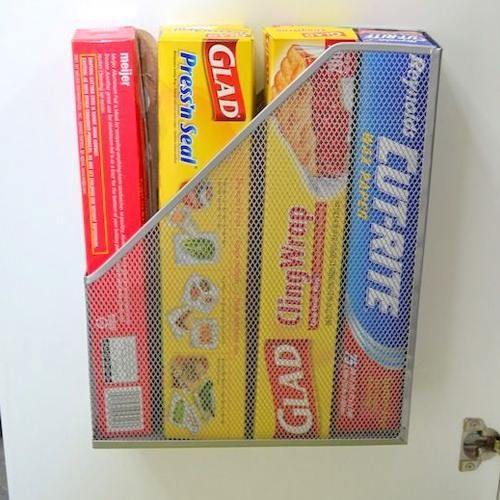 Utilisez les portes de placards interne pour ranger les papiers de cuisine