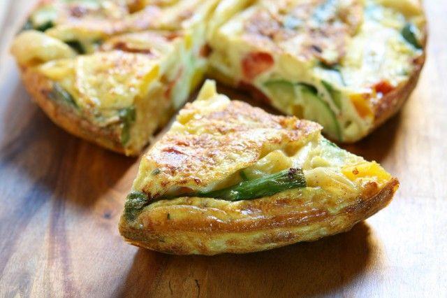 Frittata di pasta: la ricetta con gli asparagi che recupera gli avanzi