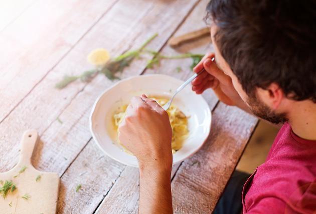 Nervosität und Vergesslichkeit können ein Anzeichen für Magnesiummangel sein. Dann sollten Sie Ihre Ernährung überdenken.