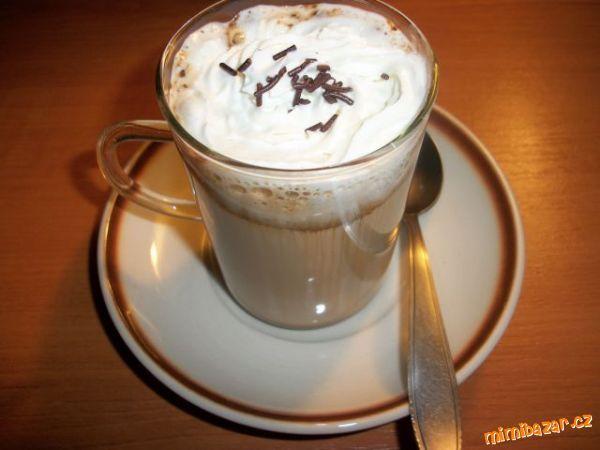 Do sklenice dáme mléko,kávu a dáme do mikrovlnky na plný výkon na 2 min.Pak kávu víc osladíme -ozdob...