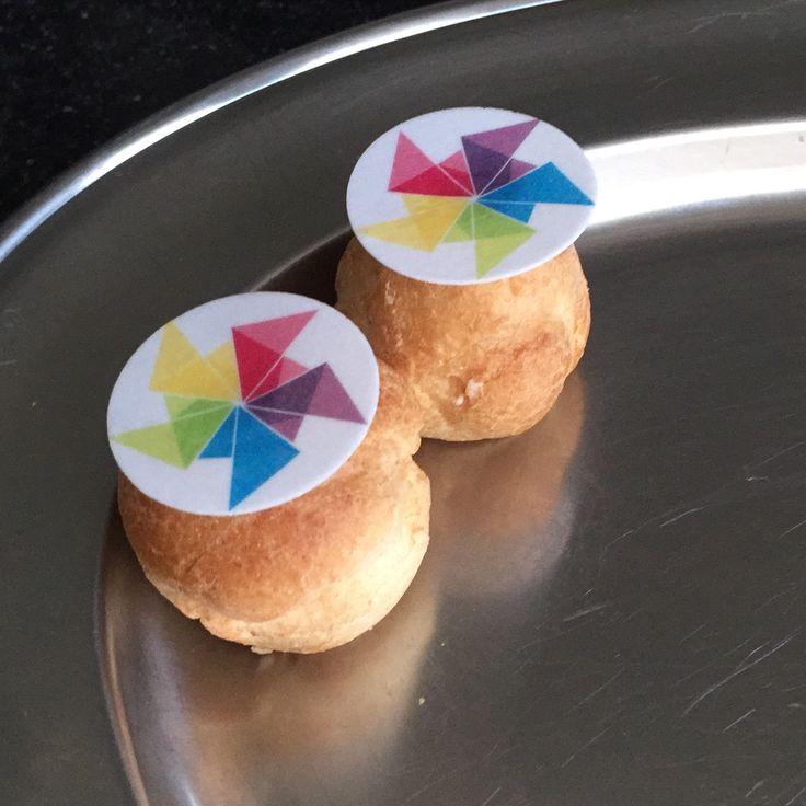 Soesjes met logo #zelfgemaakt  Logo op ouwel laten printen en met glazuur de dag voor serveren vastgezet op (kant en klare) soesjes