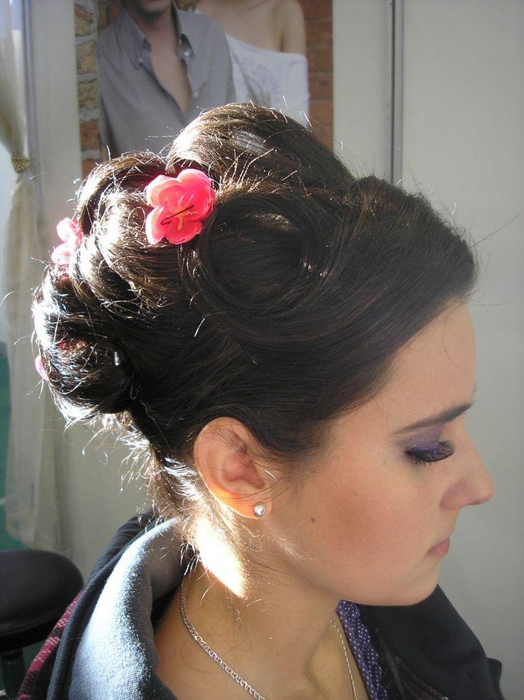 Feltűzött alkalmi frizura virágokkal, Szemén csillogó lila smink és műszemlilla