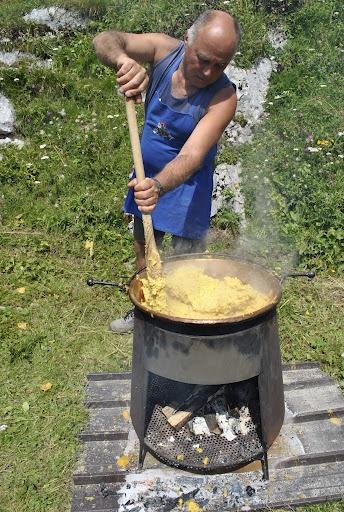 Polenta e ... olio di gomito.  www.visitfiemme.it