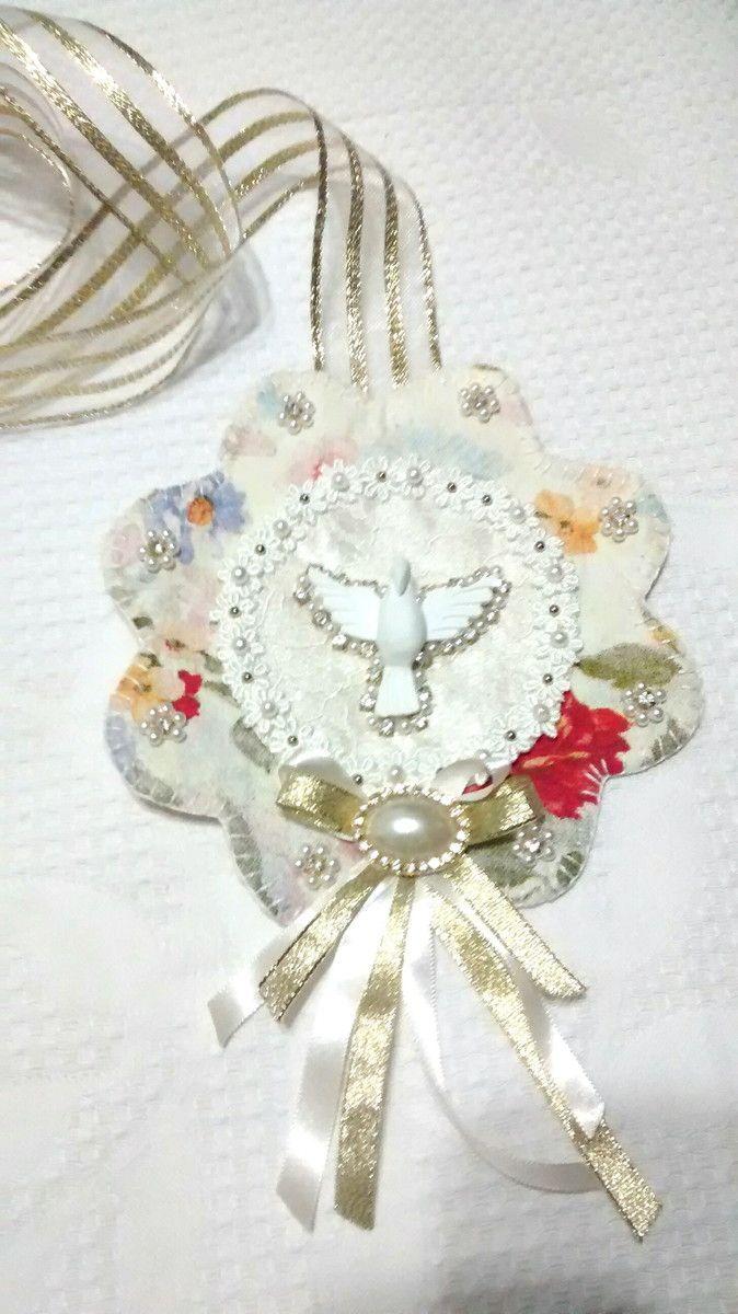 Escapulário de porta, feito com tecido, fita, Espirito Santo feito em gesso e medalha de Nossa Senhora das Graças. Obs: a estampa do tecido pode variar de acordo com o estoque.