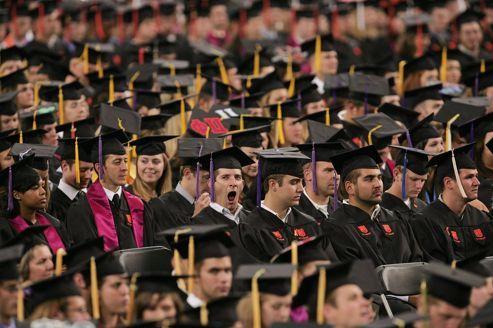 Face à la crise, les universités américaines cassent les prix.Confrontés à une chute des inscriptions, les établissements privés d'enseignement supérieur proposent une scolarité presque à moitié prix aux étudiants désargentés.   - Le Figaro Étudiant