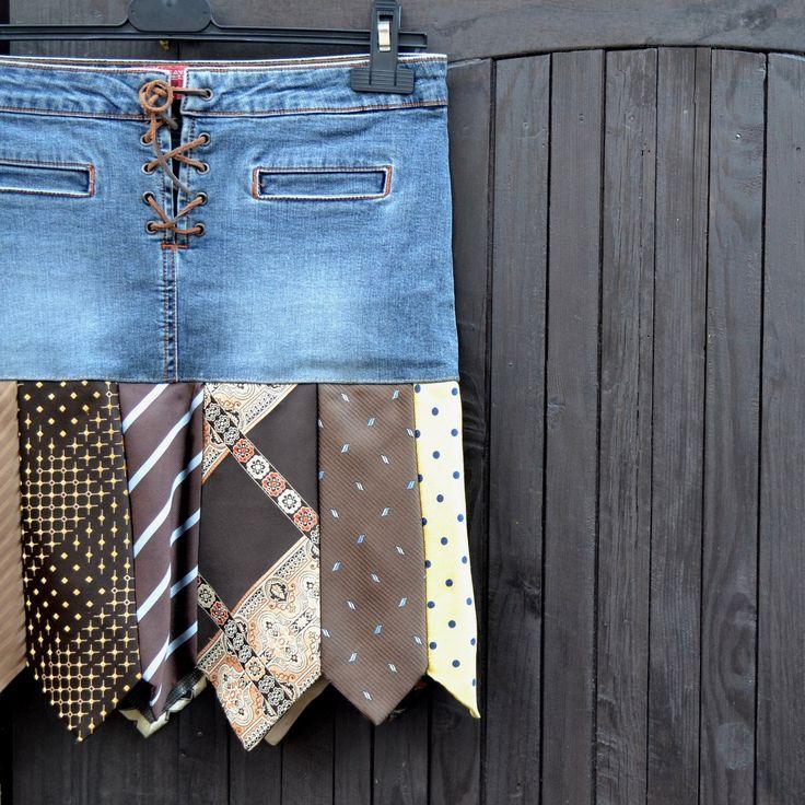 Origokravaťanda - hnědá Originální recy kravatová sukně laděná do žluto/hněda.Vrchní díl sukně s kapsama a se šněrovacím zapínáním na hnědou kůžičku.Spodní díl sukně tvoří různé kravaty 13 ti vzorů :-)Dá se nosit celoročně. V 1/2pase má39 cm - velikost udaná na vrchním díle je M. Přes boky 1/2( spoj vrchního a spodního dílu )43 cm. Délka celé ...
